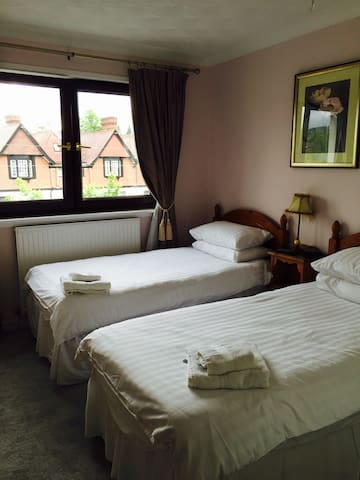 Twin/double room by Loch Lomond @ Lomond Villa B&B - Balloch