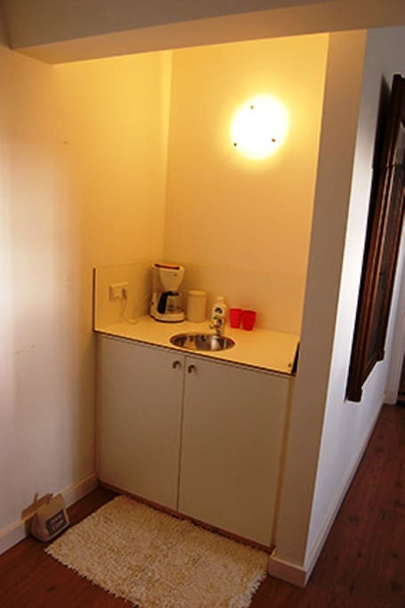 Eigen pantry met koffie- en theefaciliteiten.