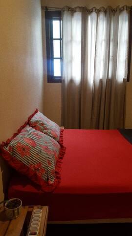 | SUÍTE BAMBUZAL |  -12m² -cama de casal ortopédica muito confortável -disponibilidade de cama de solteiro extra -banheiro privativo -roupas de cama, banho, cobertores e travesseiros -vista para o bambuzal