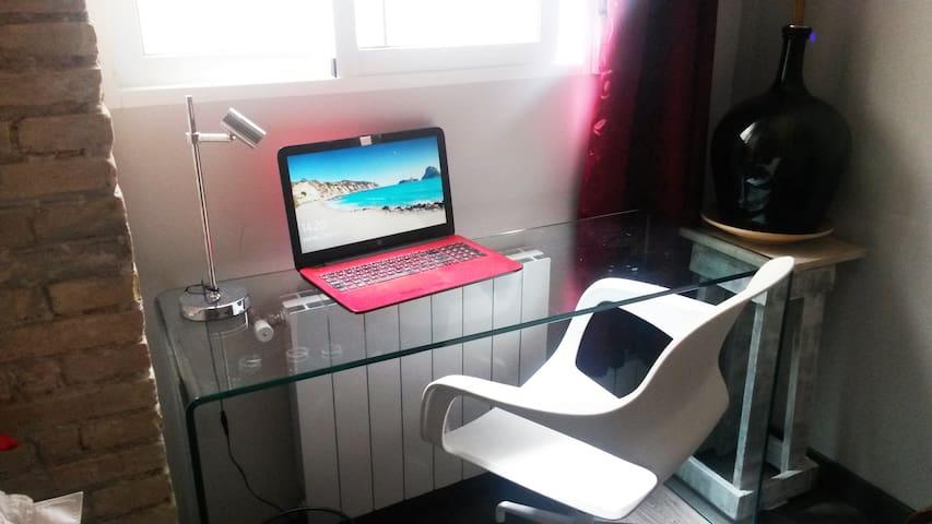 La habitación dispone de un escritorio donde poder usar tu ordenador cómodamente con el WIFI del apartamento