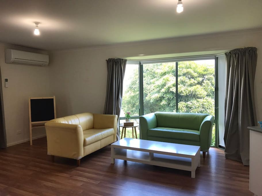 Our living room is spacious and clean .You can enjoy the excellent sunset view when you are sitting on the couch.   我们的客厅非常大还有非常光亮,阳光非常地充足,你可以下午太阳快下山的时候看到很漂亮的晚霞美景。