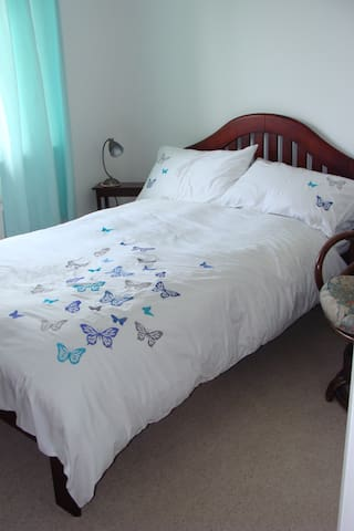 Light and airy double bedroom - Watford - Townhouse