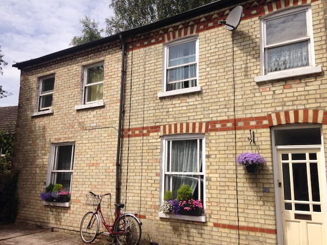 2 beds +ensuite near trains/city. - Cambridge - House