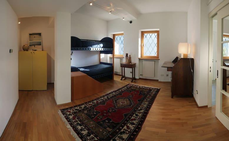 Camera piano terra con letti a castello