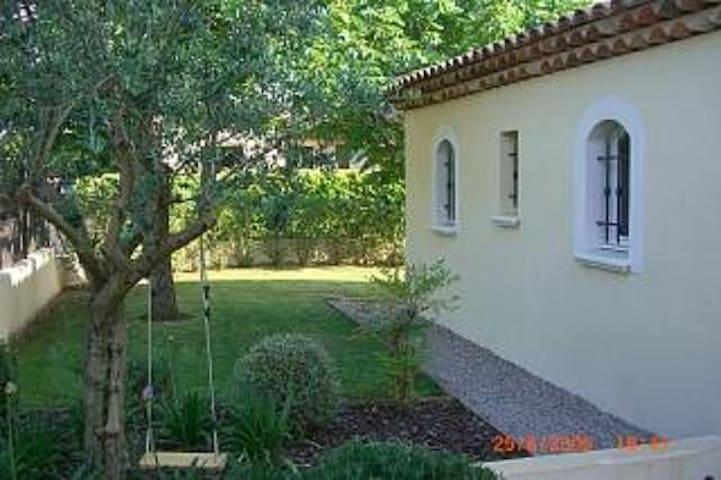 la maison côté champ oliviers - oliver field side view
