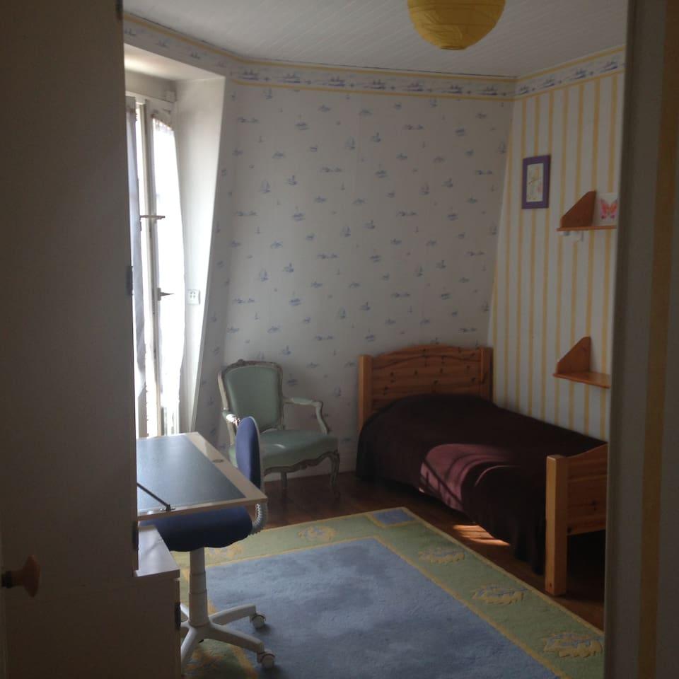 Chambre lumineuse, idéale pour une personne.