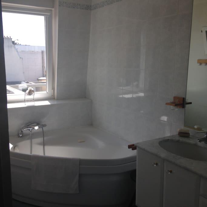 Salle de bains claire et spacieuse.