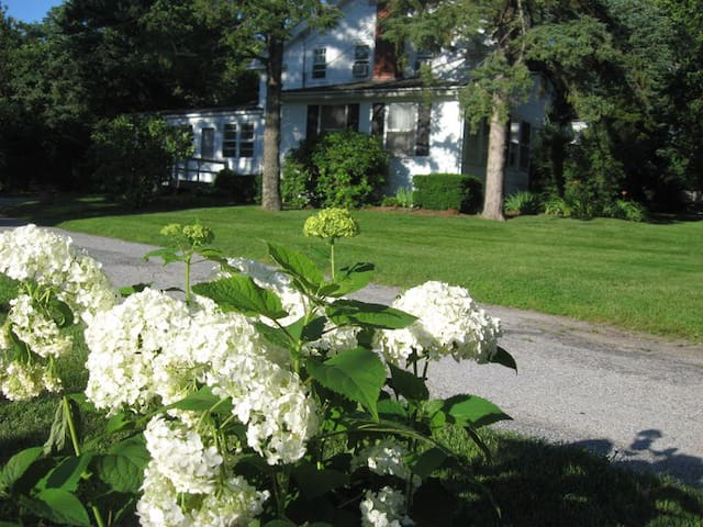 Historic White Blossom House - Southold - Appartement