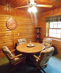 Quiet forest cabin for hunters, couples, families - Hus