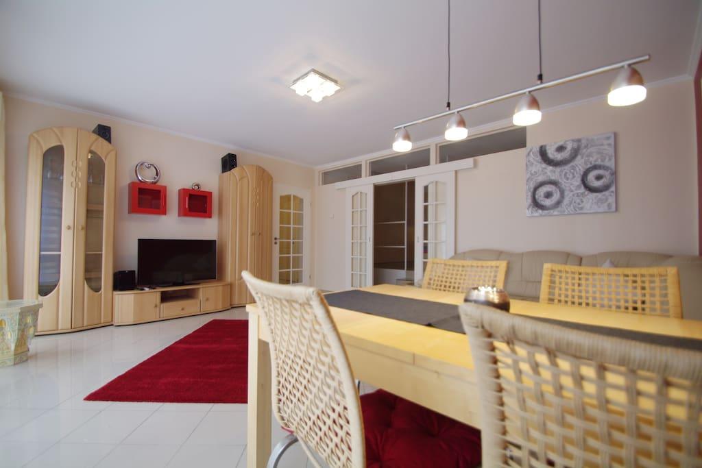 Wohnwand mit TV und Musikanlage
