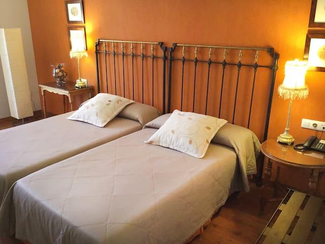 Muskida's deluxe double room - Urroz Villa - Talo