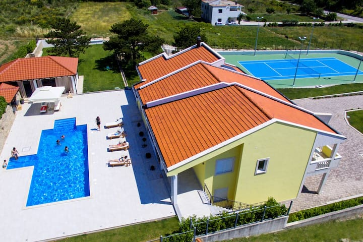 VILLA DELMATI with tennis court, swimming pool with whirlpool, 5 bedrooms