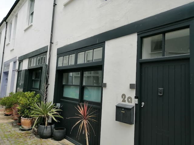 Double Bedroom in Mews, Private Bathroom & Parking