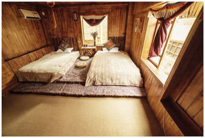 Tibetan Woody Twin-bed Room - 香格里拉
