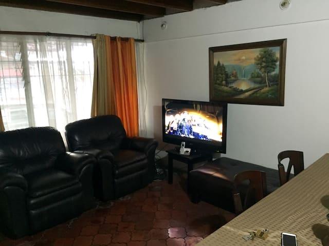 Linda casa en escazu centro - Escazu