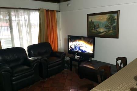 Linda casa en escazu centro - Escazu  - House