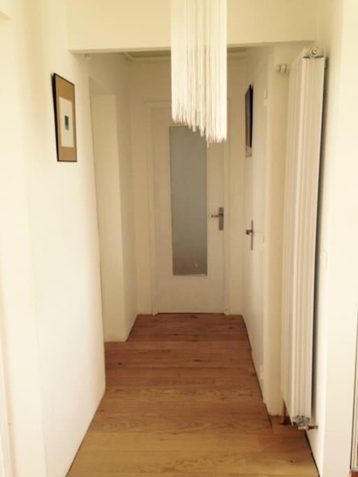 Chaleureux couloirs vers les chambres et SDB!
