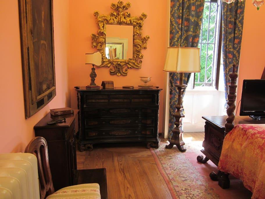 camera doppia con mobili autentici del 1600