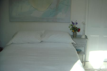 Large, light room with double bed - Peasedown Saint John