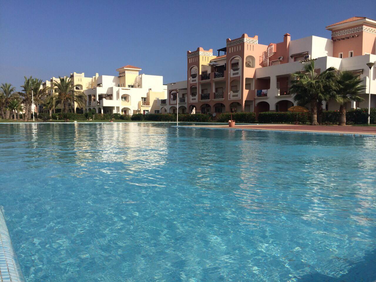 L'une des 3 piscines de la résidence.