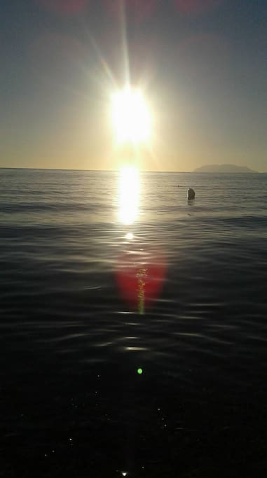 casetta posizionata a pochi passi dalla spiaggia da dove si possono ammirare le isole Eolie