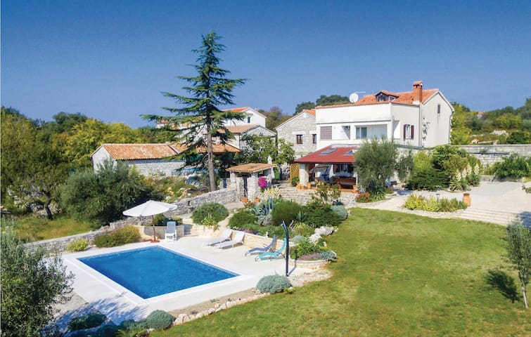 Semi-Detached with 4 bedrooms on 170m² in Jural