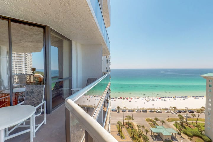 Cozy studio with Gulf views, balcony & shared pool, hot tub, tennis & gym!