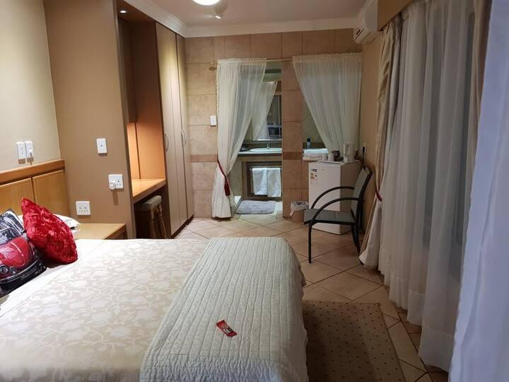 Deluxe Queen Room 4 @ Bubez Guesthouse