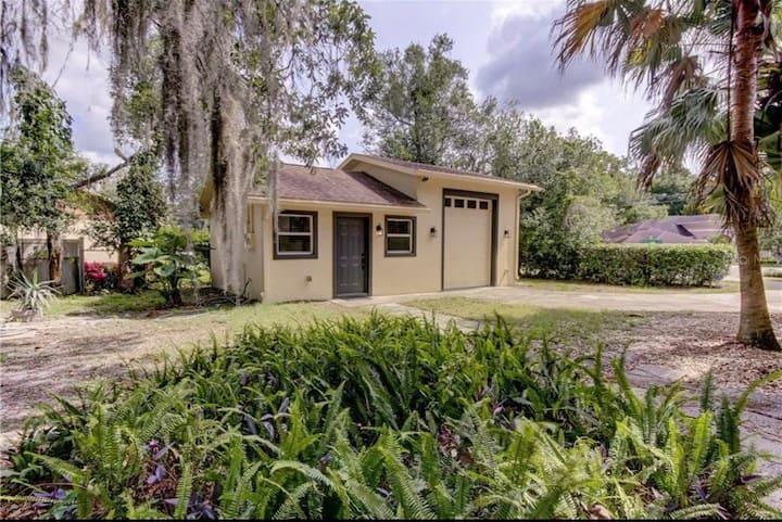 Carriage House Duplex Close to Busch Gardens/USF!