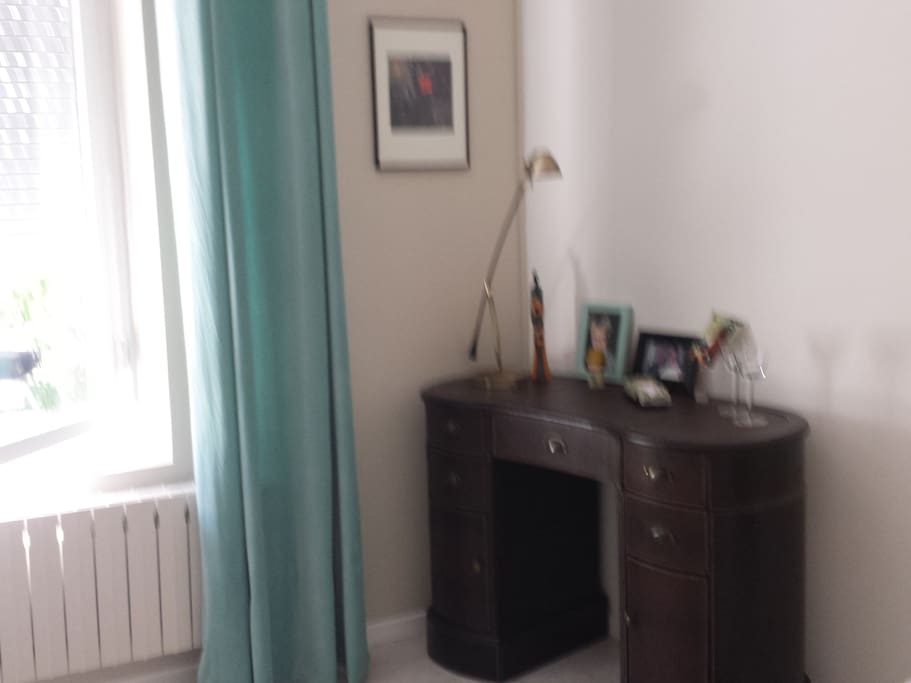 bureau en cuir et fenêtre plein sud