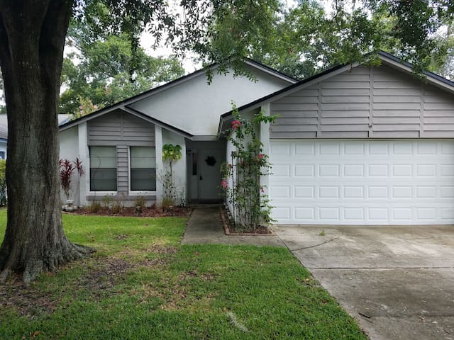 Spacious 3 BR Home Near Central FL Attractions