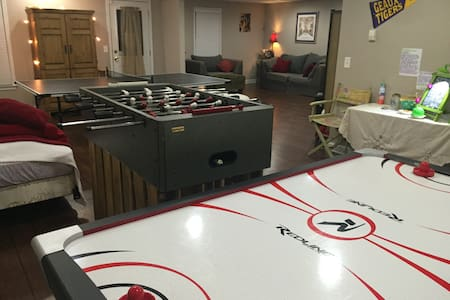 Huge GAMEROOM in Adorably-Cozy & Private Basement - Ντάλας