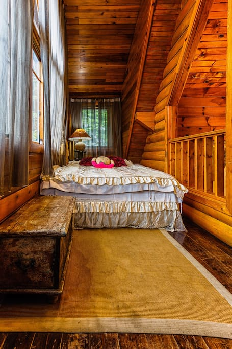 第二層有一張雙人床。