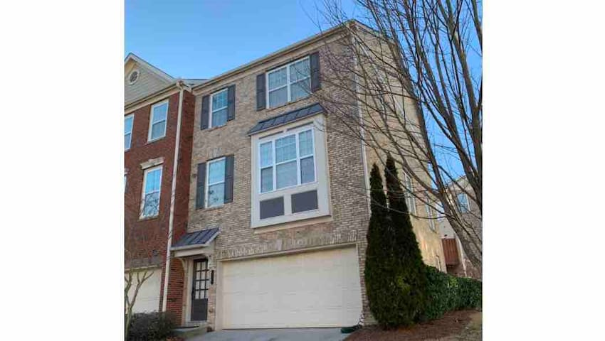 Luxury Tri Level Spacious Townhouse mins from dwtn