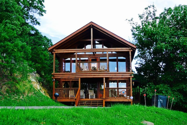 **CLIFFSIDE HIDEAWAY-Great Views, Near Dollywood**