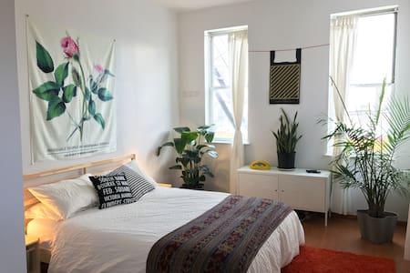 Bright 1 bedroom Bushwick apartment. - Бруклин