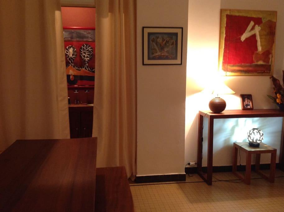 Vue du couloir menant aux 2 chambres (1 à droite et 1 à gauche SDB Et WC entre les 2
