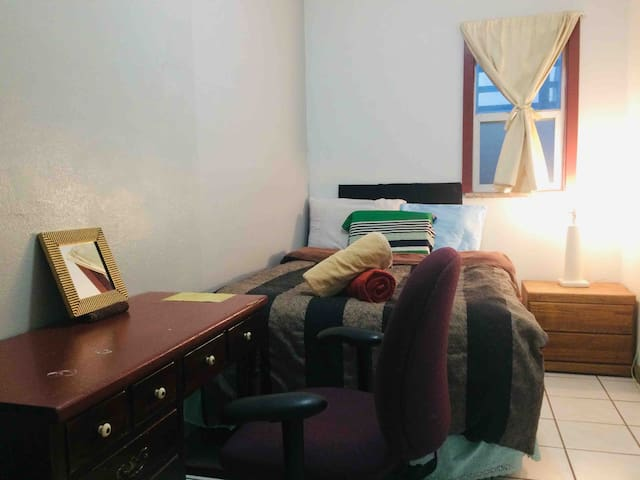 Private room in Berkeley/10 min walk to BART