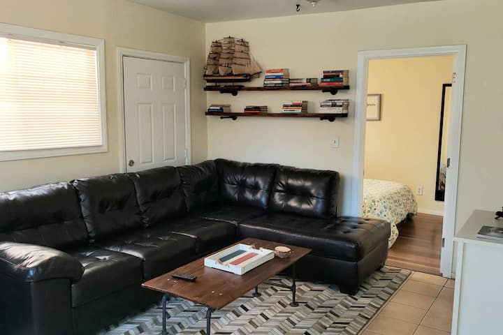 ★Private 1 Bedroom Unit. 5 Minutes From Downtown!★