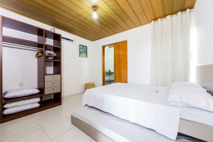 Suíte de casal com uma cama de casal + 1 cama de solteiro e ar condicionado split
