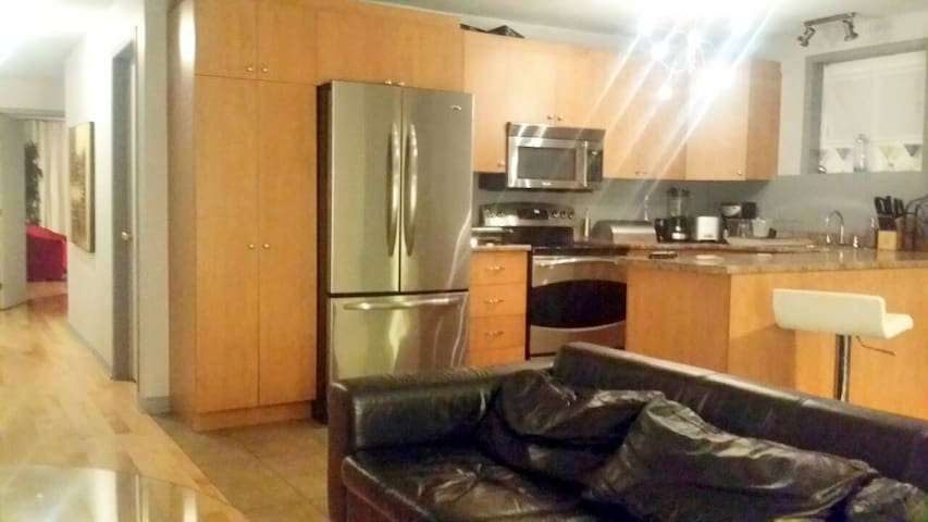 Beautiful bedroom in downtown montreal w/ Parking