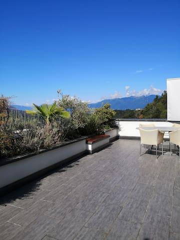 Panorama-Wohnung mit grosser Terrasse und Pool