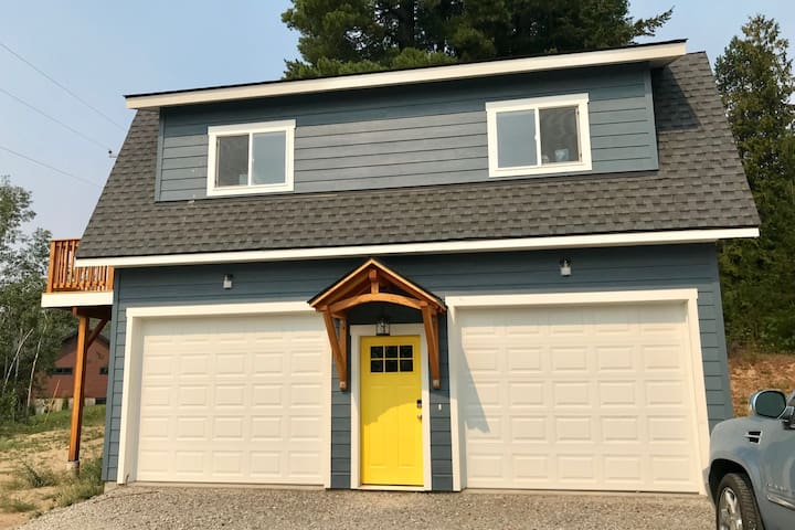 Sunny Carriage Home! Deck, AC, and privacy!