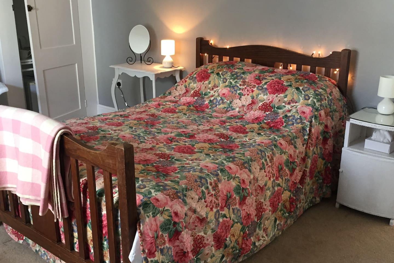 Spacious Double En Suite Room with En Suite Breakfast in Historic Grade II property in Fareham.