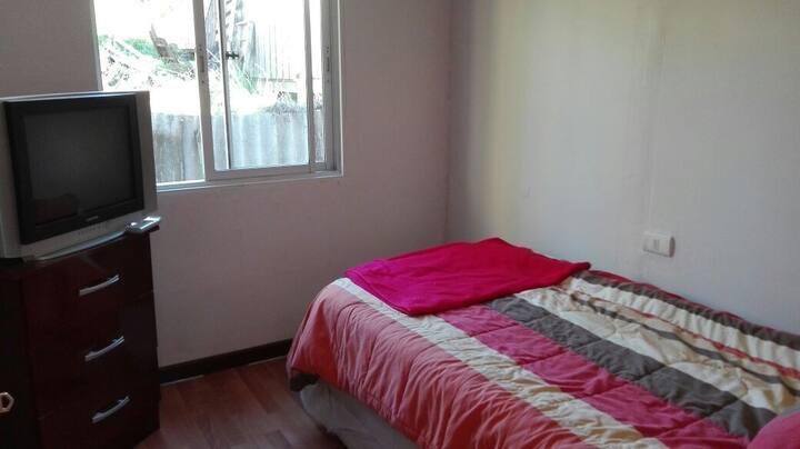 Habitación en casa residencial, grato ambiente.
