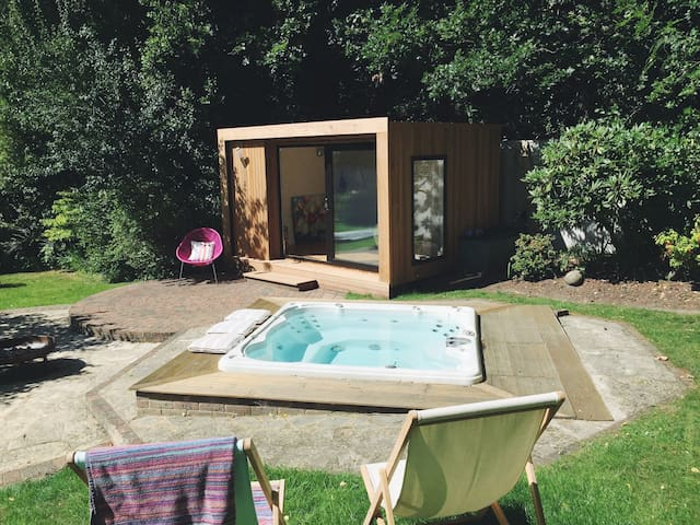 Modern Family Home New Forest - gym & jacuzzi
