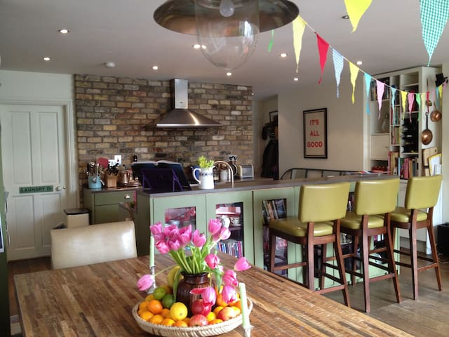 Kitchen /Dining (ignore bunting - was there for a party)