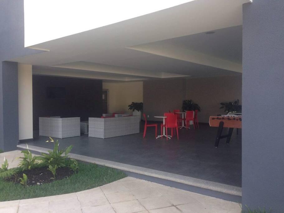 Amplia area social y de juegos y jardin