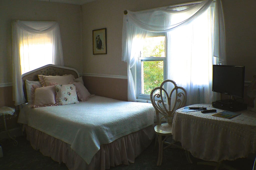 Guest Room with queen bed /daybed/mini refigorator