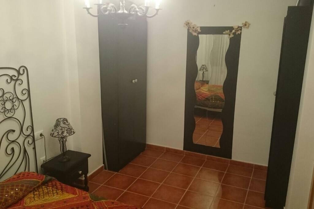 Amplia habitación con cama doble.